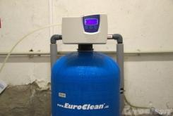 Změkčovač vody AquaSoftener v suterénu obytného domu na sídlišti v Roudnici nad Labem